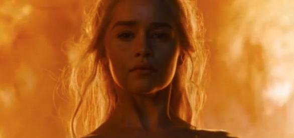 Daenerys surge entre as chamas (Foto: HBO)