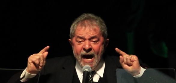 Ex-presidente Lula enfrenta escândalo de corrupção e tentativa de suborno à testemunha.