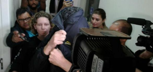 Laércio esconde o rosto ao ser preso em Curitiba