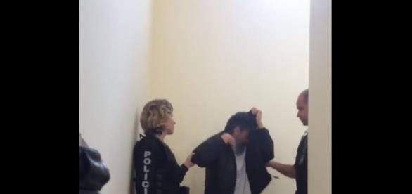 Laércio esconde o rosto ao ser preso (Reprodução/rede social)