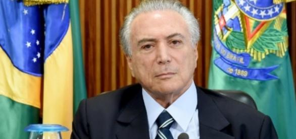Michel Temer com bandeira do Brasil - Imagem: Google