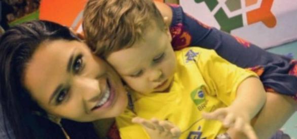 Atleta pernambucana, Jaqueline Carvalho, com o filho Arthur.