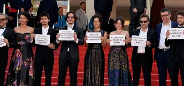Atores protestam contra o impeachment em Cannes