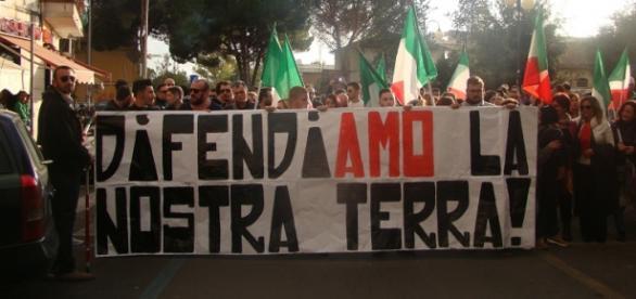 Roma, via Teano. La manifestazione contro i nomadi e favore della ragazza stuprata