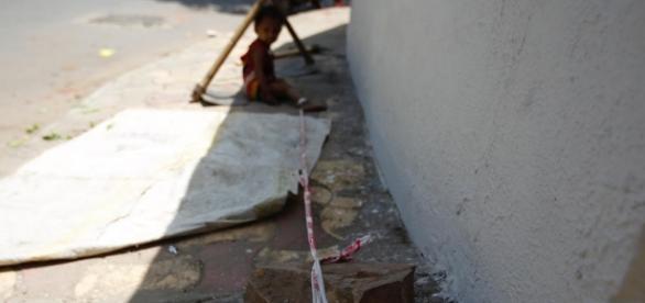 Copil de un an şi trei luni legat cu sfoară de un bolovan