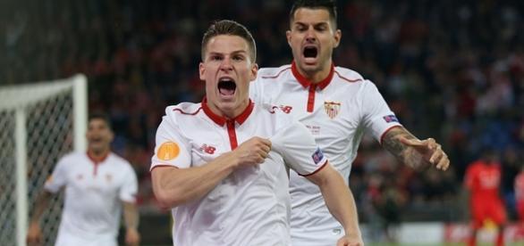 Gameiro comemora o primeiro gol do Sevilha na virada em cima do Liverpool