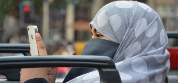 Mujer árabe condenada a multa y a expulsión de Emiratos Árabes por espiar el móvil de su marido