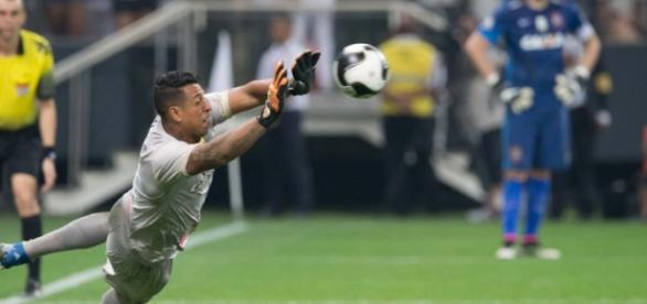 Sidão defendendo pênalti na semifinal do Paulista contra o Corinthians