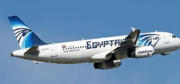 Avião desaparece com 66 pessoas a bordo.