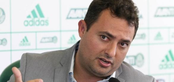 Alexandre Mattos, executivo de futebol do Palmeiras, gesticula na Academia de Futebol.