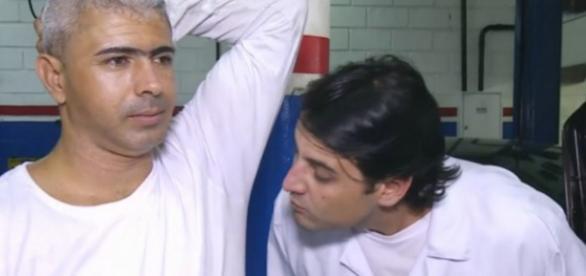 Bruno de Luca cheira axila - Foto/Reprodução: Globo