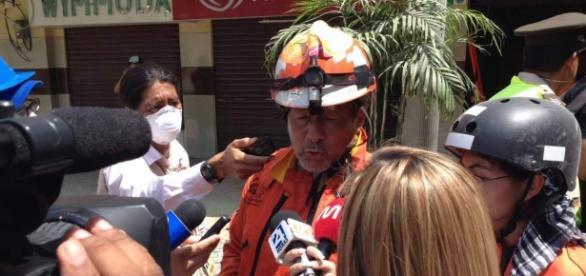 El Chino de Los Topos Aztecas, atendiendo a la prensa