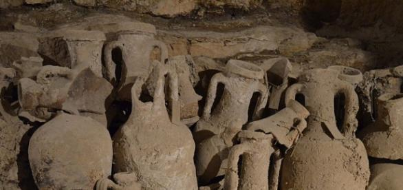 Photo Amphorae by Carol Raddato/CC BY SA 2.0