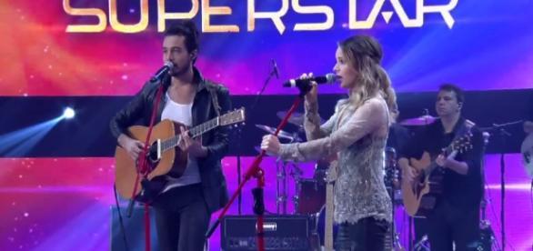 Sandy cantando com Thiago lorc no palco do superstar. (Imagem: Globo)