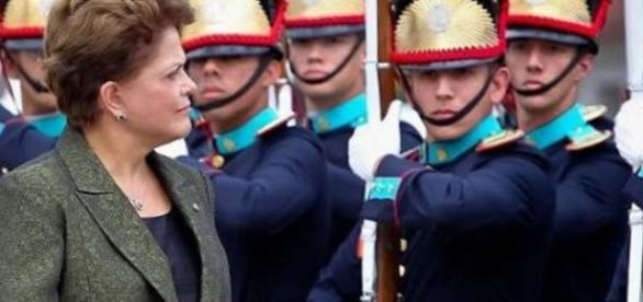 Dilma Rousseff e militares - imagem: Google