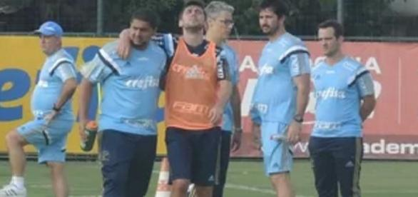Fellype Gabriel sai de campo com dificuldades após lesão sofrida em fevereiro (Foto: Cesar Greco/Ag Palmeiras/Divulgação)