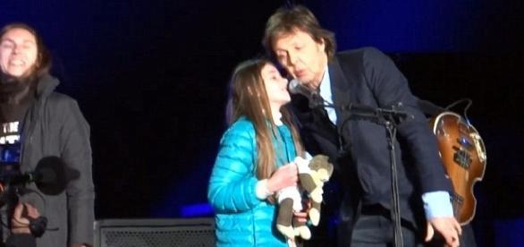 Leila Harfuch Lacase, 10 anos, com o lendário Paul McCartney, de 73 (Foto: Reprodução YouTube)