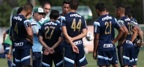 Marcelo Oliveira, ex-técnico do Palmeiras, com jogadores (Foto: Cesar Greco/Ag Palmeiras/Divulgação)