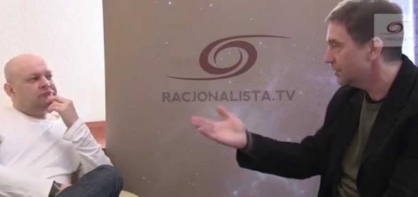 Paweł Hajncel (ten na biało) w wywiadzie dla Racjonalista.TV
