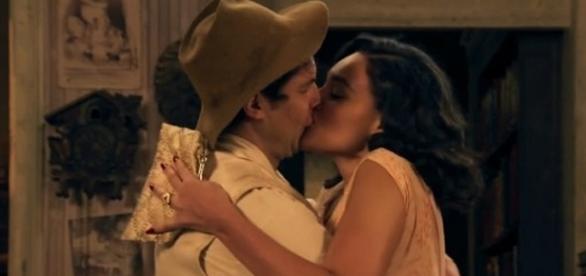 Candinho beija Filomena com muita paixão.