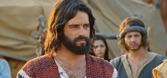 O povo se irrita no acampamento e culpa Moisés