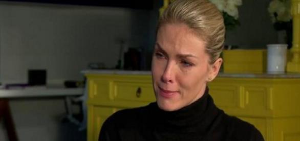 Ana Hickmann chora em entrevista