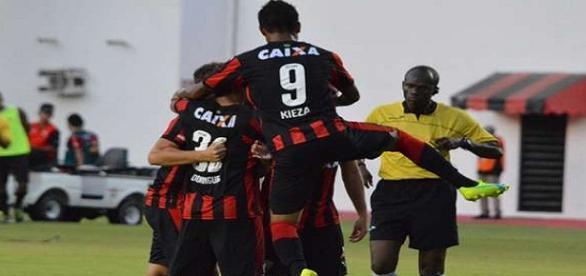 Jogadores do Vitória comemorando um dos gols da partida