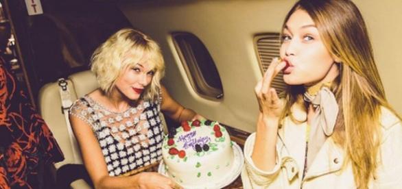 Taylor e Gigi durante aniversário da modelo em jatinho