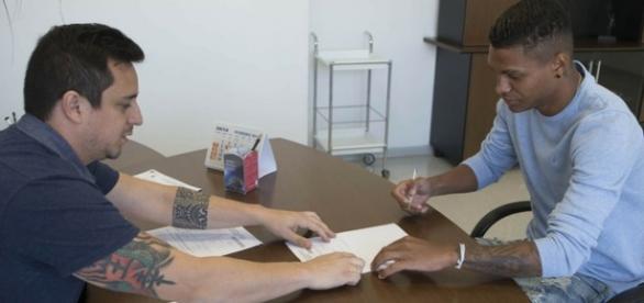 Bruno Paulo assina com SCCP por três temporadas (Foto: Daniel Augusto Jr./Ag Corinthians)