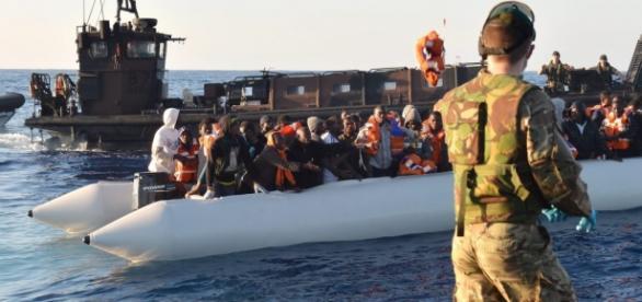 Imigranci na Morzu Śródziemnym uratowani przez brytyjski okręt wojenny
