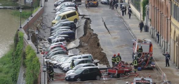 Le auto inghiottite dalla voragine