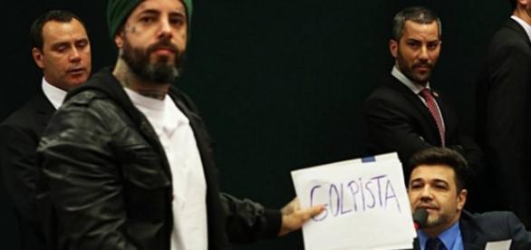 Tico Santa Cruz faz protesto - Foto/Jornal 'O Globo'