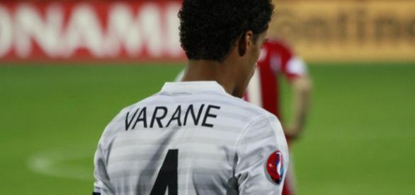Varane en un partido con Francia