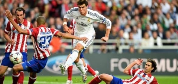 Bale luchando contra la defensa imbatible del Atlético