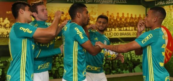 Jogadores do Palmeiras na zona mista do Allianz Parque (Foto: Cesar Greco/Ag Palmeiras/Divulgação)
