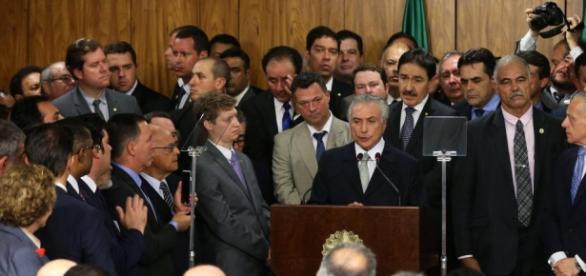 Michel Temer ao lado de sua equipe no discurso de posse.