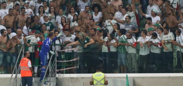 Prass pedindo à torcida não usar sinalizadores (Foto: Cesar Greco/Ag Palmeiras/Divulgação)