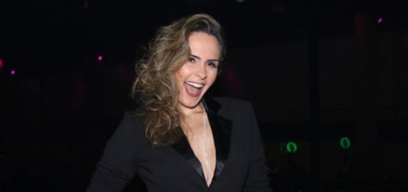 Ana Paula Renault escolhe look com decote