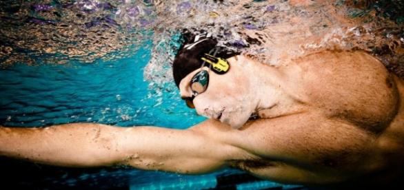 Atleta com fones de ouvidos na prática esportiva