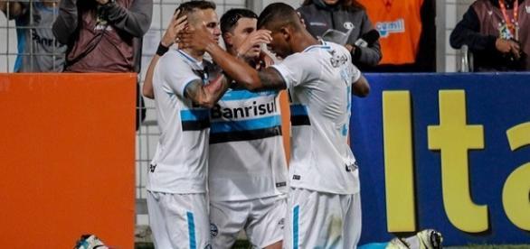 Jogadores comemorando um dos gols da partida.