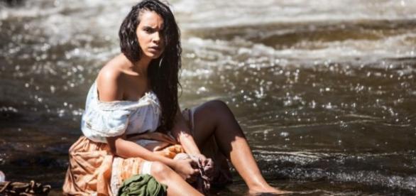 Juliana vai ser admirada por Miguel enquanto toma banho de rio