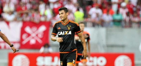 O baixo rendimento de Vinicius Araújo tem preocupado o técnico