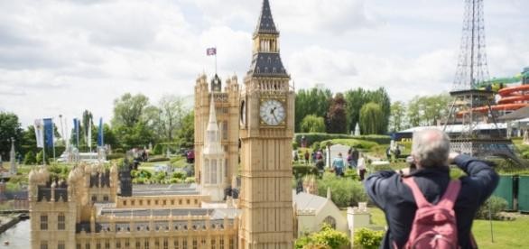"""""""Big Ben"""" și """"Turnul Eiffel"""" în Parcul Mini Europa (Bruxelles), un simbol al Uniunii Europene"""