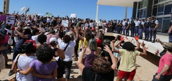 Mulheres invadem barreira do STF