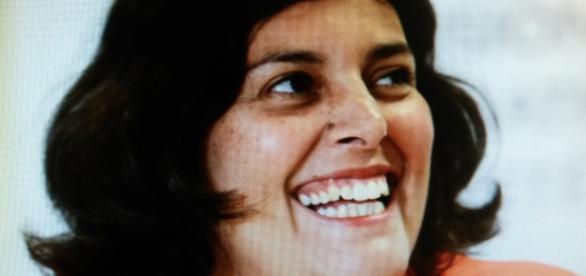 Une Ministre souriante, est-ce la même chose pour la loi qui porte son nom ?