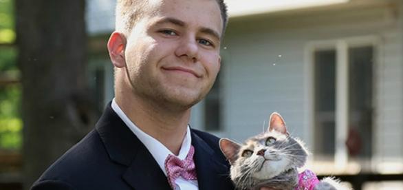Foto: Reprodução   Imgur Jovem leva gatinha na formatura.