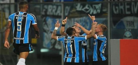 Jogadores do Grêmio comemorando um dos gols da partida.