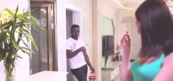 O vídeo mostra uma mulher jogando um homem negro dentro de uma maquina de lavar após algum tempo ele sair um homem chinês.