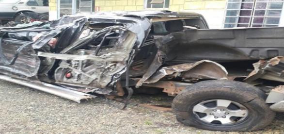 Veículo do sertanejo ficou destruído (Foto: G1/Luciano Calafiori)