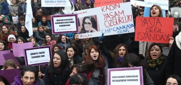 Justiça liberta mulher e vira símbolo na Turquia